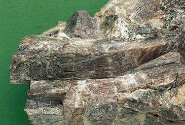 Andalusiitti. Pitkä kide 11 cm. GTK:n kivimuseo. Kuva: Jari Väätäinen, Geologian tutkimuskeskus, 1998