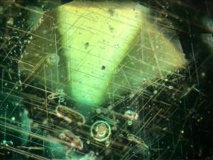 Rutiilineulasia ja ilmakuplia granaatti-lasidupletissa. Kuva Jouni Perä